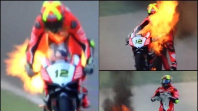 摩托车突然起火,车手瞬间陷入火海
