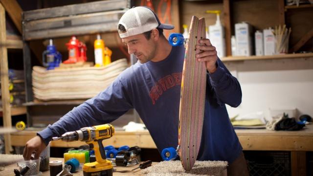 他把废旧滑板翻新,做成滑板和家具