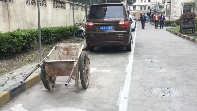 社会车辆入侵小区,居民杂物抢车位