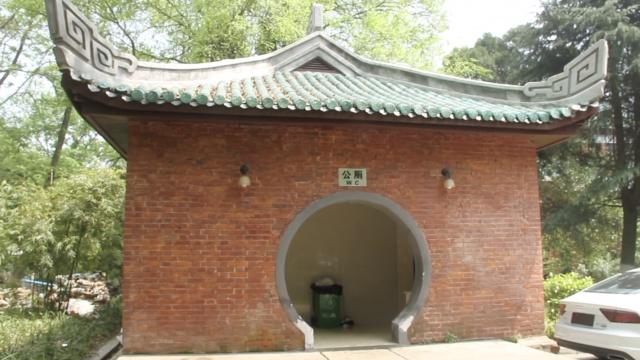 湖南大学60岁网红厕所:琉璃瓦宫殿