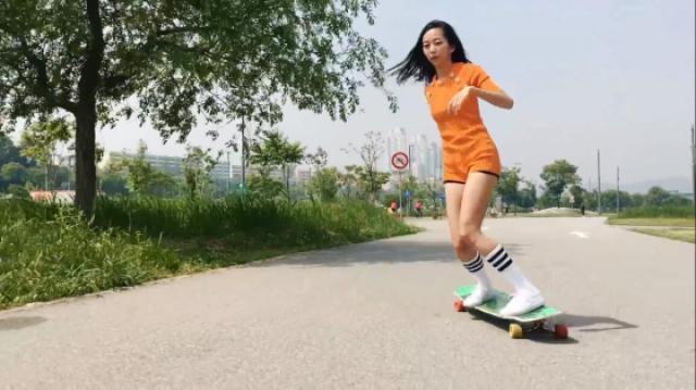 在滑板上跳舞的精灵