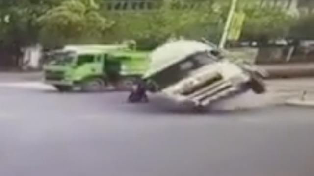 罐车猛刹车侧翻,压住突窜出电动车