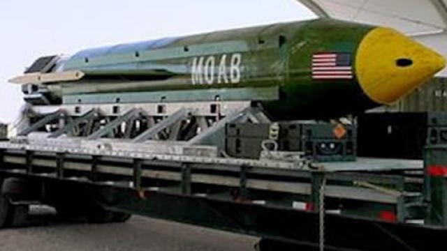 """美军在阿富汗投下""""炸弹之母"""""""