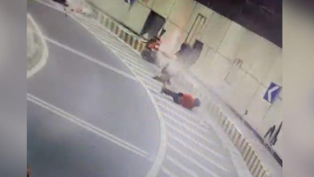 监拍:2少年骑摩托连撞隧道墙,致1死