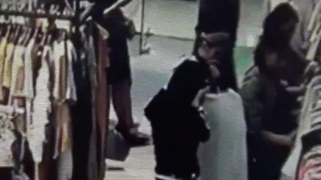 监拍:他带3美女偷手机,30秒一部