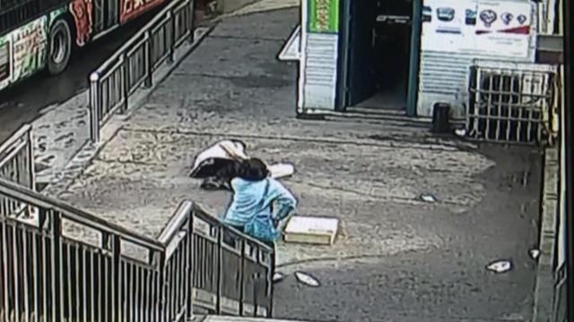 女子看病途中晕倒,公交站务员施救