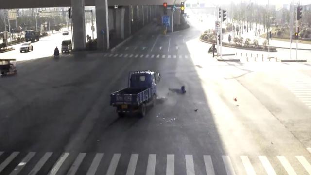 电瓶车闯小车+红灯抢秒=车毁人伤_达瓦里希-梨朱军视频v小车图片