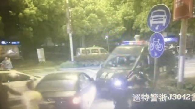 监拍:毒驾男街头撞警车,遭开枪制服