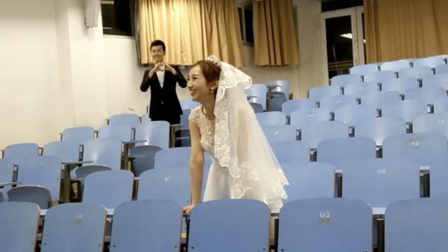 大四情侣校内拍婚纱,致青春&爱情