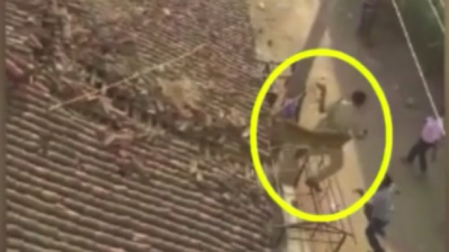 救援人员遭猎豹袭击,从屋顶跳下