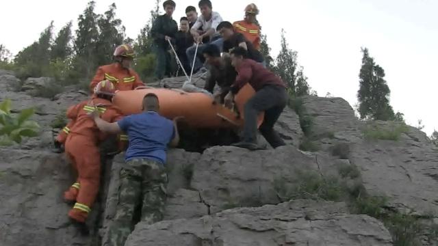 消防徒手攀岩,与群众力救坠崖男子