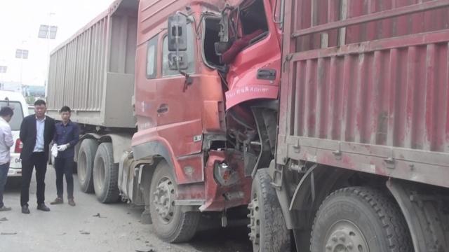 2货车迎面相撞,司机下身被卡晕车内