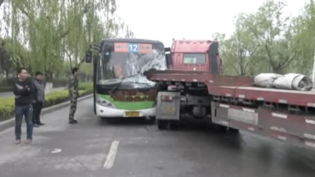 公交车被撞成这惨样,司机竟没受伤