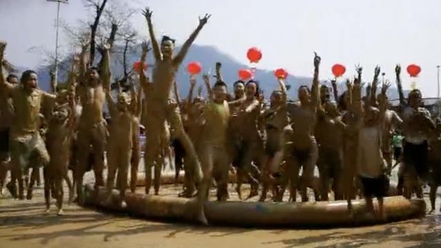 疯狂的泥巴:万人狂欢上演泥浆大战