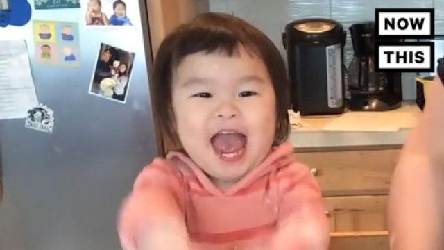 这个2岁萌娃大厨的美食秀爆红网络