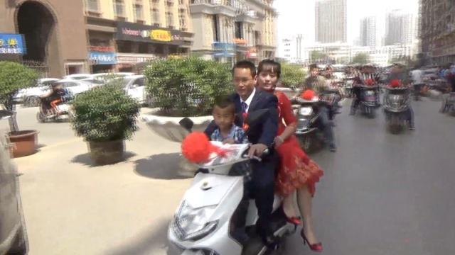 他骑电动车迎亲,新娘乐呵呵:不堵车