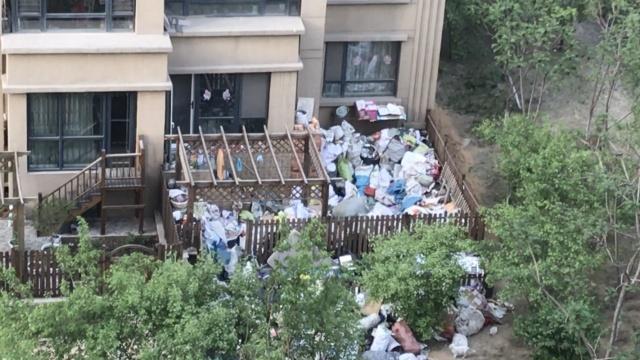 住洋房拾满院垃圾,老太:闲着无聊
