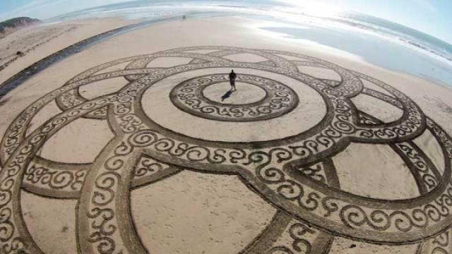 沙滩神秘沙画,竟出自昔日赛车手?