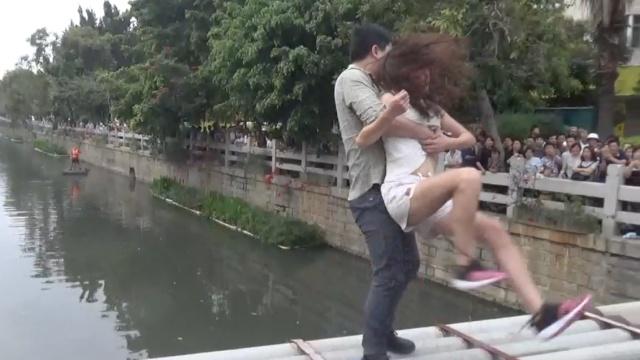 年轻女子翻丈夫手机被拒,跳河相逼