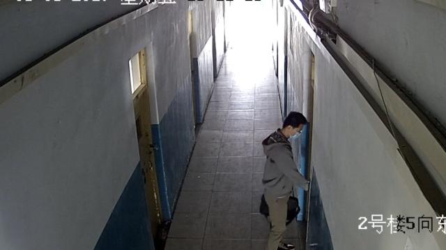 监拍:他3进3出学生宿舍,拎别人电脑