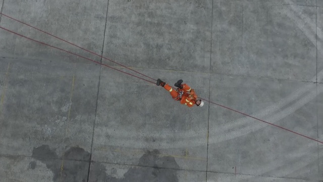 酷!消防演练攀爬横渡,如空中飞人