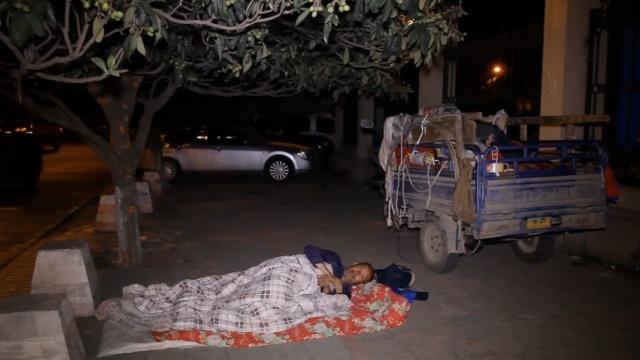 老人骑车300里卖黄瓜,夜宿街头