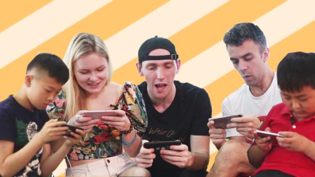 老外挑战小学生,体验手机游戏被虐