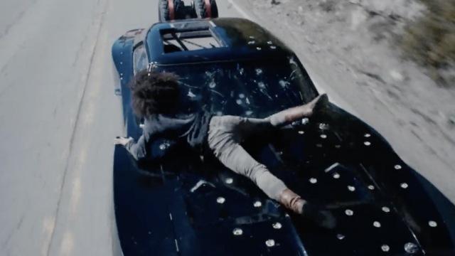 老公趴宝马引擎盖,老婆飙车4.4公里