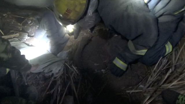 民房坍塌7旬老人被埋,消防徒手救援