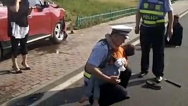 孩子遇车祸受伤,民警一路抱去医院