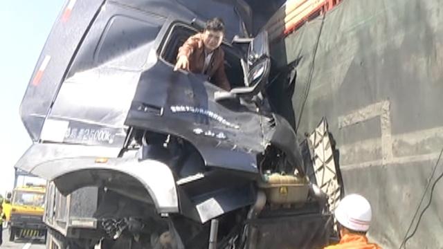 男子和同伴遇车祸:别管我先救他