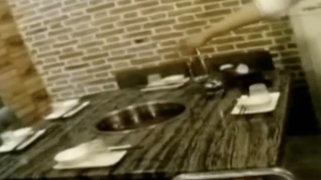 老鼠掉入滚烫火锅,发急咬伤女食客