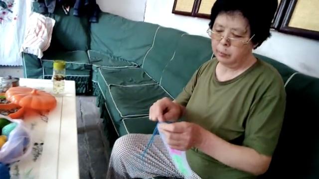 儿救人牺牲,她做2千双鞋垫送部队