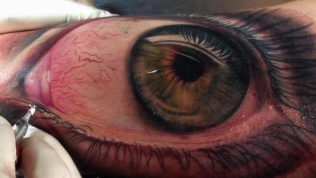 他在身体上纹眼睛,太逼真看着吓人