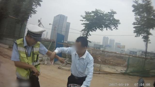 他闯红灯被拦,拿钱让交警