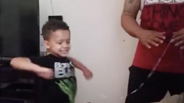 男子一招为儿子拔掉乳牙:关门!