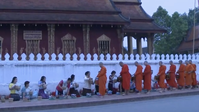 心灵洗礼:琅勃拉邦僧侣布施