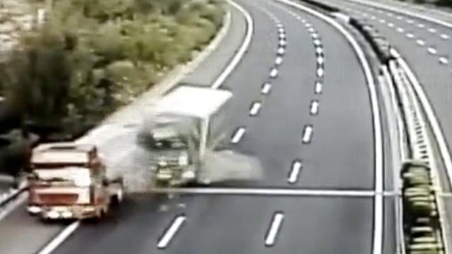 前车蹭护栏后车追尾,2司机疲劳驾驶