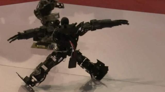 机器人激斗!神行太保撂翻刀锋战士