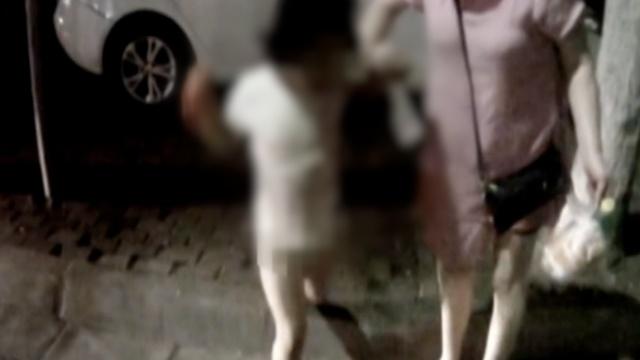 咋回事?5岁女童深夜街边只身游荡