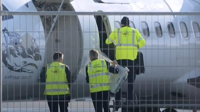 澳航班惊现炸弹字条,乘客跳窗撤离