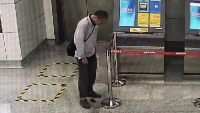 他捂裆滑落不明物,地铁女员工捂鼻