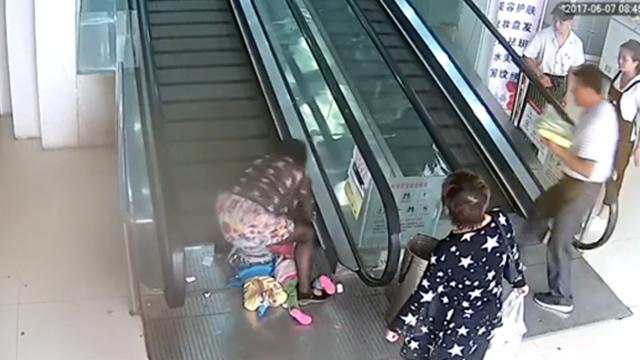 1岁女童逆行扶梯摔倒,手指卡板缝