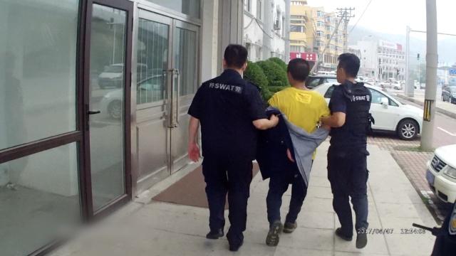 男子持刀当街追砍路人,民警制服