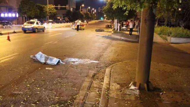 18岁男女凌晨并坐街边被撞,1死1伤