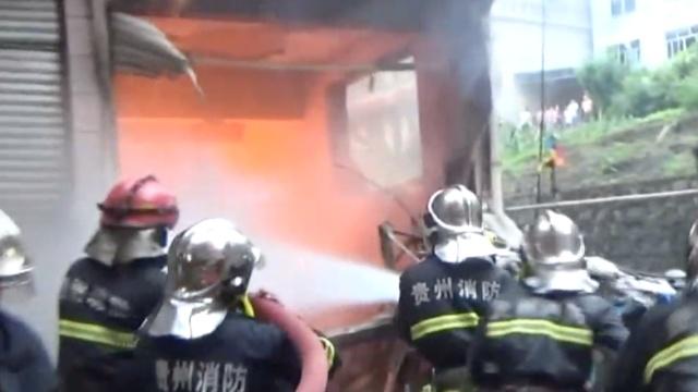 门面起火,消防先救隔壁被困老人