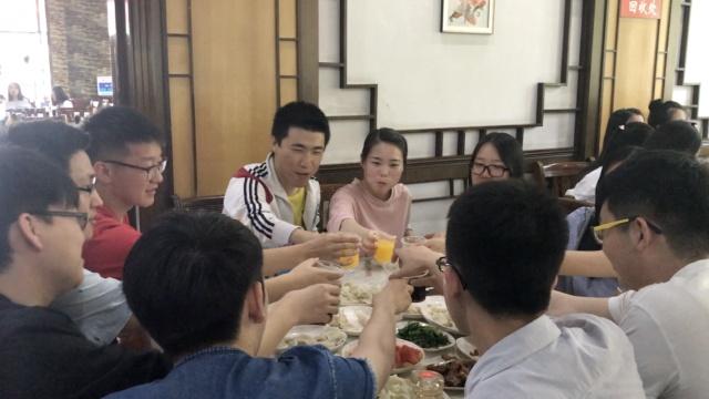 上车饺子!7000毕业生吃饺子,笑中泪
