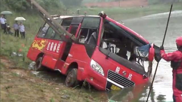 广西载21人中巴车翻入水库19人获救