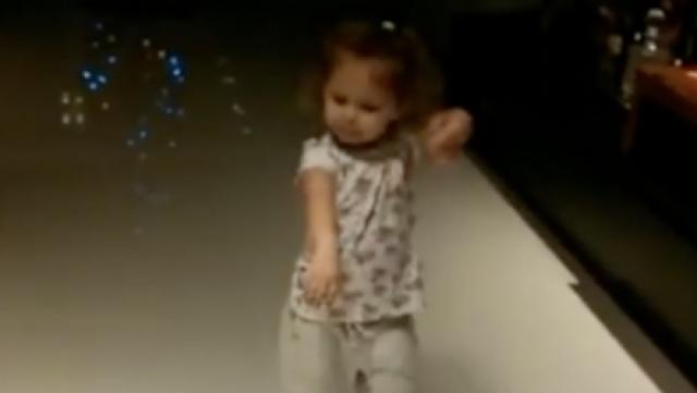 超有范儿!萌娃穿上高跟鞋大秀舞技