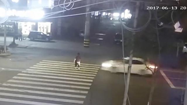 监拍:老太过斑马线,被车撞飞10米远